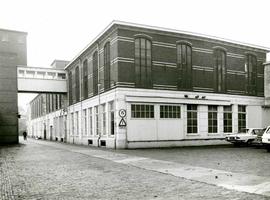 F009546 Uit het fotoalbum van de fam. Berk.Een goed overzicht van de hoofdweg met overloop en van de magazijn gebouwen ...