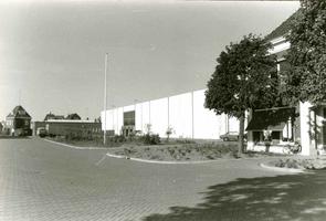 F009548 Uit het fotoalbum van de fam. Berk.Het nieuwe magazijn gebouw aan de hoofdweg op het Berk terrein, uiterst ...