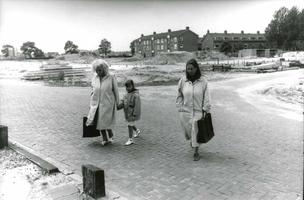 F013040 Bewoners van de Hanzewijk op de plek van de afgebroken bibliotheek die plaats moest maken voor de nieuwbouw van ...