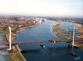 F004570 Overzichtsfoto van de Molenbrug in aanbouw.