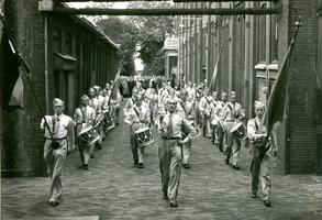 F009608 De drumband van Berk. De drie mannen op de voorste rij zijn v.l.n.r. Wichert Oldenbroek, N.N. v.d. Weerd, ...