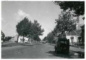 F013071 IJsseldijk ter hoogte van de melkfabriek en de splitsing bij de voormalige garage met de Apeldoornsestraat.