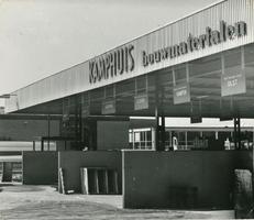 F000132-2 Drie silo's bij bedrijfsgebouw fa. Kamphuis, bouwmaterialen op het industrieterrein aan de Ambachtstraat.