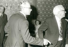 F009583 J.ohannes Berk geb.1897 en J.H. Schrader geb.1897 nemen afscheid als bestuursleden van de Kamper Nutsspaarbank ...