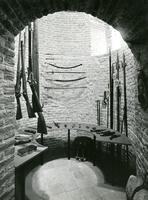 F000722 Interieur van één der vier torens van het stedelijk museum de Broederpoort met geweren, pistolen, sabels en ...