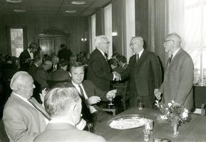 F009585 Johannes Berk geb.1897 en J.H. Schrader geb.1897 nemen afscheid als bestuursleden van de Kamper Nutsspaarbank ...
