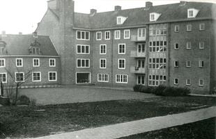 F000528-2 Achterzijde en binnenplaats van Huize Margaretha aan de Burgwal nr. 45. De dakkapellen links op de foto zijn ...