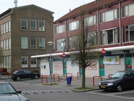 F013073 Winkelcentrum met de supermarkt in de Hanzewijk aan de Dr. Damstraat in 2008, links de voormalige LTS voor de ...