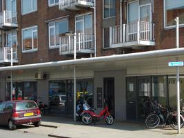 F013074 Winkelcentrum Hanzewijk aan de Dr. Damstraat in 2008, voor de sloop van de wijk.