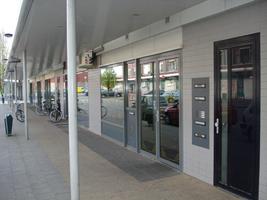 F013075 Winkelcentrum Hanzewijk aan de Dr. Damstraat in 2008, met daarboven appartementen, voor de sloop van de wijk.