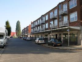 F013076 Winkelcentrum Hanzewijk aan de Dr. Damstraat in 2008, voor de sloop van de wijk.