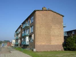 F013080 Hoek Rondweg en Dr. Damstraat met uitzicht op flat aan de Rondweg in de periode voor en tijdens de sloop van de wijk.