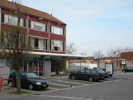 F013079 Winkelcentrum Hanzewijk aan de Dr. Damstraat in 2008, voor de sloop van de wijk.