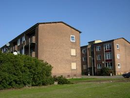 F013083 De voor- en achterzijde van de flats in de Sint Olafstraat, gezien vanuit de Dr. Damstraat in de periode ...