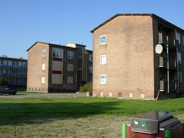 F013086 De voor- en achterzijde van de flats in de Sint Olafstraat, gezien vanuit de Dr. Damstraat in de periode ...