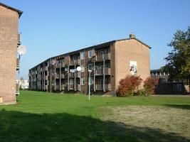 F013087 De achterzijde van de flats in de Skonenvaarderstraat, gezien vanuit de Dr. Damstraat in de periode 2007-2008 ...