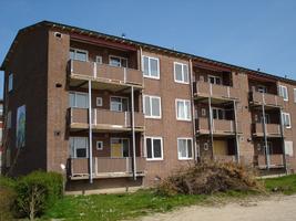 F013092 Achter- en balkonzijde van de flatwoningen in de Sint Olafstraat in de periode 2007-2008, voor en tijdens de ...