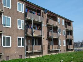 F013094 Achter- en balkonzijde van de flatwoningen in de Sint Olafstraat in de periode 2007-2008, voor en tijdens de ...