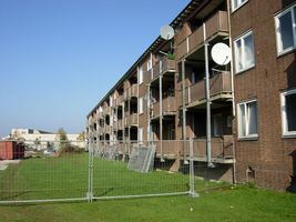 F013095 Achter- en balkonzijde van de flatwoningen in de Sint Olafstraat in 2007, voor en tijdens de sloop van de wijk.
