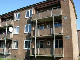 F013096 Achter- en balkonzijde van de flatwoningen in de Sint Olafstraat in 2007, voor en tijdens de sloop van de wijk.