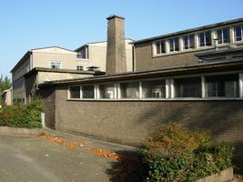 F013098 Skonenvaardersstraat met uitzicht op de voormalige LTS voor de sloop van de school/wijk van de Hanzewijk. In ...
