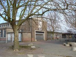 F013101 Schoolplein van de voormalige LTS voor en tijdens de sloop van de school/Hanzewijk. In 1951 werd aan de Dr. ...