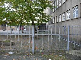 F013102 Schoolplein van de voormalige LTS voor en tijdens de sloop van de school/Hanzewijk. In 1951 werd aan de Dr. ...