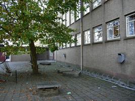 F013103 Schoolplein van de voormalige LTS voor en tijdens de sloop van de school/Hanzewijk. In 1951 werd aan de Dr. ...