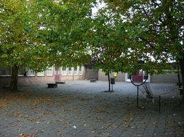F013104 Schoolplein van de voormalige LTS voor en tijdens de sloop van de school/Hanzewijk. In 1951 werd aan de Dr. ...
