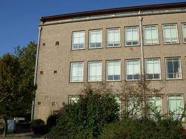 F013105 De voorzijde van de voormalige LTS voor en tijdens de sloop van de school/Hanzewijk. In 1951 werd aan de Dr. ...