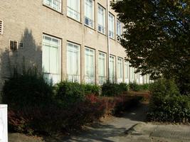 F013106 De voorzijde van de voormalige LTS voor en tijdens de sloop van de school/Hanzewijk. In 1951 werd aan de Dr. ...
