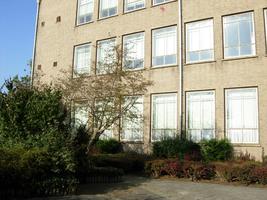 F013107 De voorzijde van de voormalige LTS voor en tijdens de sloop van de school/Hanzewijk. In 1951 werd aan de Dr. ...