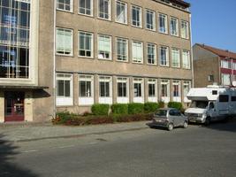 F013108 De voorzijde rechts naast de hoofdingang van de voormalige LTS voor en tijdens de sloop van de ...