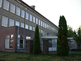 F013111 De gevelzijde van de voormalige LTS aan de Ommelandsingel voor en tijdens de sloop van de school/Hanzewijk. In ...