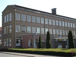 F013112 De gevelzijde van de voormalige LTS aan de Ommelandsingel voor en tijdens de sloop van de school/Hanzewijk. In ...