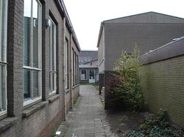 F013114 Buitengevels van de klaslokalen van de voormalige LTS voor en tijdens de sloop van de school/Hanzewijk. In 1951 ...