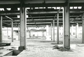 F009598 De verlaten draaierij na de sluiting van de Koningklijke Kamper Emaillefabriek Berk in het jaar 2000.