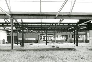 F009599 De verlaten draaierij na de sluiting van de Koningklijke Kamper Emaillefabriek Berk in het jaar 2000.