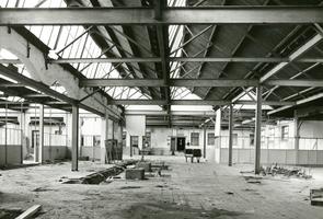 F009600 De verlaten draaierij na de sluiting van de Koningklijke Kamper Emaillefabriek Berk in het jaar 2000.