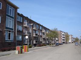 F013149 Voorzijde van de woningflats aan de J.H. Kokstraat in de Hanzewijk voor en tijdens de sloop van de Hanzewijk..