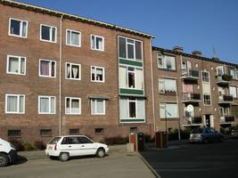 F013150 Voorzijde van de woonflats aan de J.H. Kokstraat in de Hanzewijk voor en tijdens de sloop van de Hanzewijk..