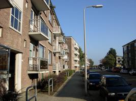 F013151 Voorzijde van de woonflats aan de J.H. Kokstraat in de Hanzewijk voor en tijdens de sloop van de Hanzewijk..