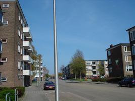 F013152 Voorzijde van de woonflats aan de J.H. Kokstraat in de Hanzewijk voor en tijdens de sloop van de Hanzewijk..