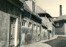 F000035 Boerderij met hooiberg aan de Kalverhekkenweg nr. 4, gezien vanaf dezelfde weg aan de andere zijde in de ...