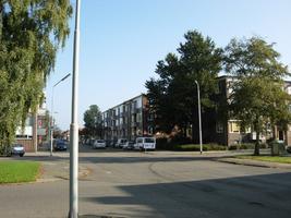 F013153 Woonflats aan de J.H. Kokstraat, nabij de hoek met de Hanzelaan in de Hanzewijk voor en tijdens de sloop van de ...