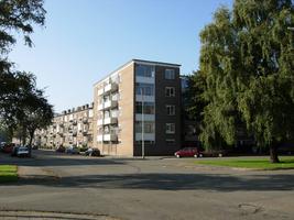 F013154 Woonflats aan de J.H. Kokstraat, nabij de hoek met de Hanzelaan in de Hanzewijk voor en tijdens de sloop van de ...