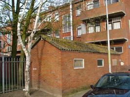 F013159 De balkon/achterzijde van de woonflats aan de dr. Damstraat in de Hanzewijk.