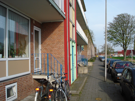 F013161 De voorzijde van de woonflats aan de Arent toe Boecopsingel in de Hanzewijk.