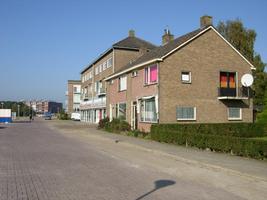 F013163 Woon/winkelflat en ééngezinswoningen aan de Rondweg in de Hanzewijk.