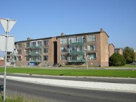 F013169 Woonflats aan de Rondweg in de Hanzewijk.